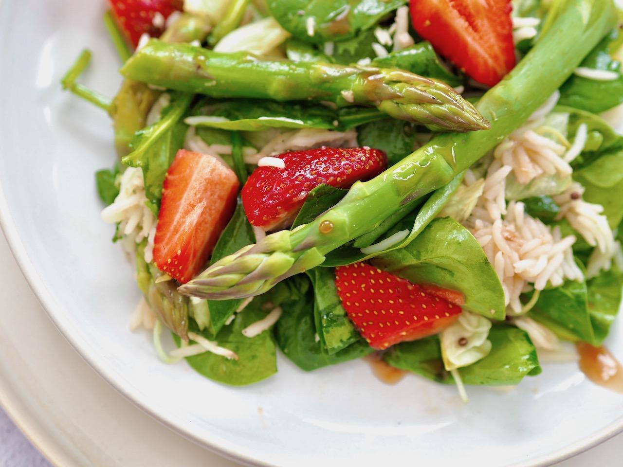 Spargelsalat mit Erdbeeren und Reis