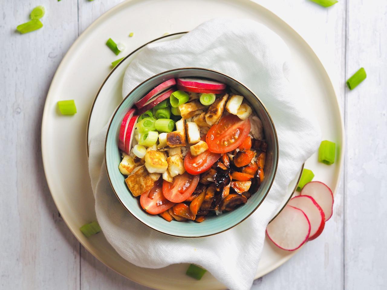 Reisbowl mit Halloumi und Honigkarotten