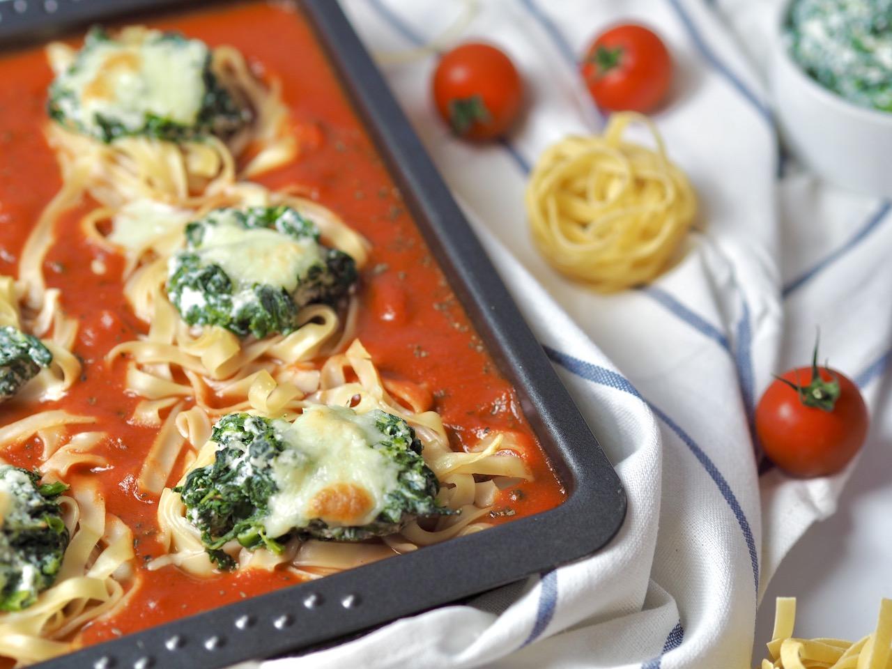 Nudelnester mit Spinat – Ricotta Füllung auf Tomatensauce